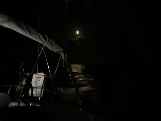 Mondschein auf dem offenen Meer kann auch sehr schön sein ... und es gab fantastische Sternenhimmel, die ich aber dank des schaukelnden Bootes nicht vernünftig fotografieren konnte :o( ...