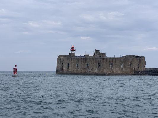 Von Cherbourg habe ich gar keine Fotos gemacht ... nur die Festungsanlagen der Hafeneinfahrt ... ging aber direkt weiter am nächsten Morgen Richtung Guernsey!