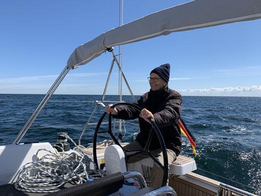... also alles halb so schlimm! Am Dienstag drehen mein Vater und ich noch eine Runde auf der Ostsee ... weniger Wind, kaum Schieflage ... also Leck im Fenster kein Problem!
