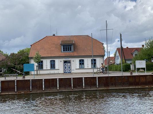 Das Wiecker Hafenamt ...
