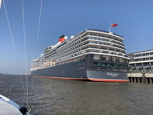 Vorbei an der Queen Victoria, die gerade in Hamburg am Kreuzfahrtterminal liegt ...