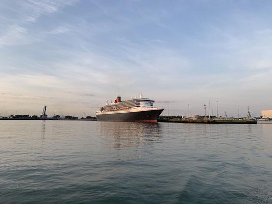 Am nächsten Morgen wieder mit Sonnenaufgang los ... die Queen-Mary 2 hat über Nacht auch in Zeebrügge festgemacht!