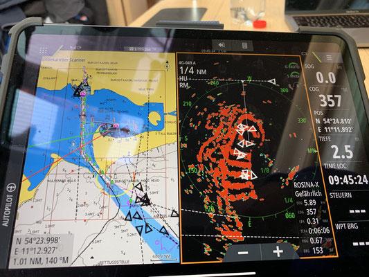Am nächsten Tag geht es weiter nach Burgtiefe auf Fehmarn .. wo ich keine Fotos gemacht, aber mein iPad mit dem Boot gekoppelt habe (links die Kartenansicht, rechts das Radarbild inkl. Rundsteg und der 4 geraden Stege) ... ich bin begeistert