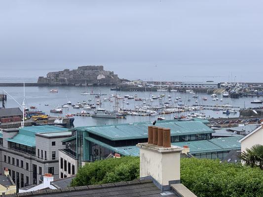 """Nach einigem """"kraxeln"""" finde ich einen schönen Ausblick von St. Peter Port über den Hafen und auf die Festungsanlage, die über die Jahrhundert ein paar Mal zwischen England, Frankreich, Deutschland gewechselt hat ..."""