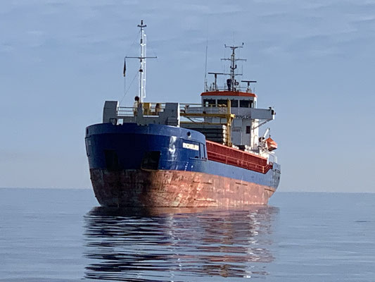 Bei tollem Wetter vorbei an kleinen Frachtern die vor Rostock auf Reede liegen ...