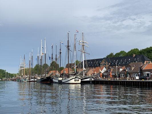 In Kiel am Thiessen Kai vor der Schleuse heißt es fast zwei Stunden warten und Kreise drehen ...