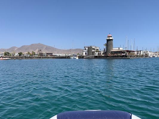 """hier fahre ich auf den """"Leuchtturm des Hafens zu ... dahinter das Büro des Hafenmeisters ... vor dem Turm der Tank- und Anmeldesteg, an dem ich Freitag zuerst angelegt habe ... und links (ausserhalb des Bildes) der Bootsausrüster ...."""
