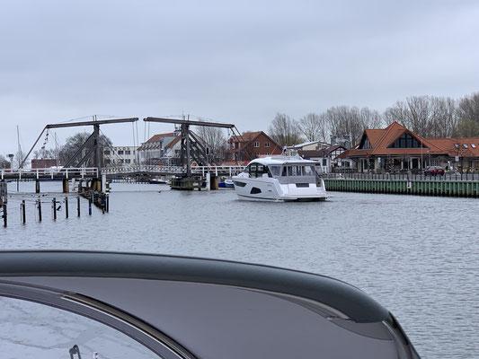 Da die Brücke manuell hochgekurbelt wird, muss eine gewünschte Brückenöffnung am Vortag angemeldet werden ... das hatten die Dänen vergessen und noch eine weitere Nacht in Greifswald verbringen müssen.