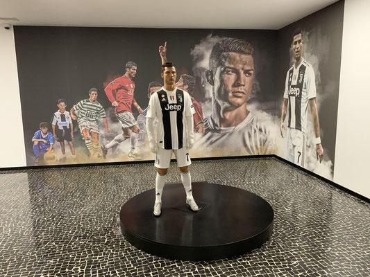 Eintritt zum Museum kostet nur 5 Euro, also schaue ich mir das auch noch an ... aber für einen absoluten Nicht-Fussballfan waren hier auch 5 Euro zuviel ... ein großer Kellerraum, in dem 2 Figuren von Ronaldo stehen