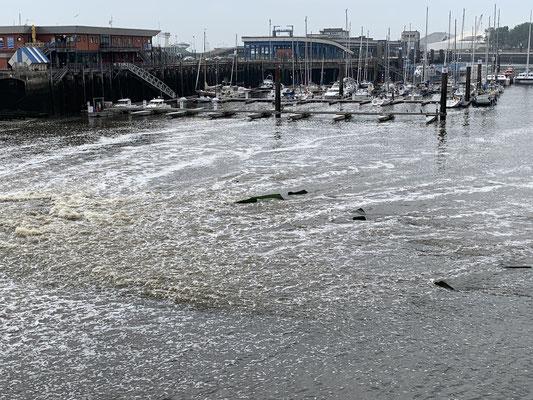 Die Marina in Boulogne Sur Mer liegt mitten im Strom ... am Steg anlegen war spannend, weil ich den Motor gegen die Strömung anlaufen lassen musste, während ich in der Box die Leinen am Steg befestigt habe. Man lernt immer dazu :o)