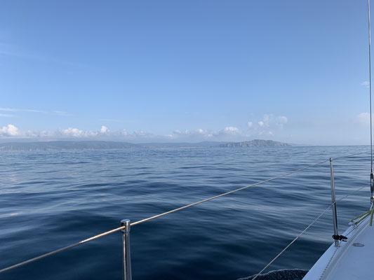 """nach 2,5 Tagen wobei ein guter Tag unter Motor absolviert wurde, dank der Abwesenheit von Wind, ist """"Land in Sicht"""" ...  noch ein paar Stunden die Küste langtuckern und kurz vor Sonnenuntergang fahre ich in die Marina von A Coruna/Spanien!"""