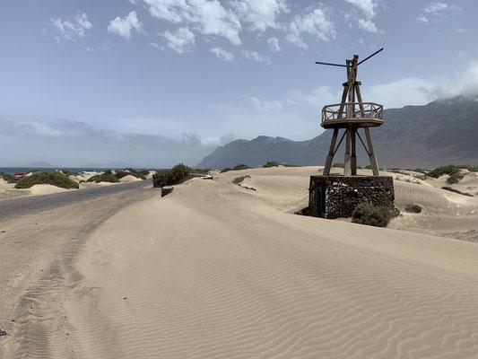Im Nordosten von Lanzarote ist das Surferparadies mit einem der wenigen Sandstrände und tollen Wellen ... hier die Anfahrt inkl. einer alten Windmühle, die wohl mal Wasser hochgepumpt hat.