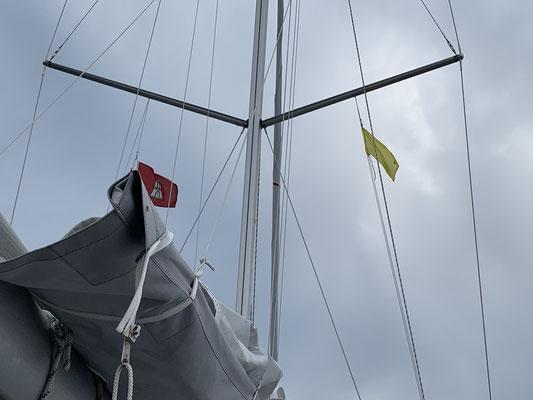 """Für die Einfahrt in den St. Peter Port auf Guernsey muss ich zum ersten Mal die gelbe """"Q-Flagge"""" hissen, damit die Behörden wissen, dass ich die Zollformalitäten noch nicht erledigt habe! Im Hafen kommt mir ein Beamter auf einem kleinen Boot entgegen und"""