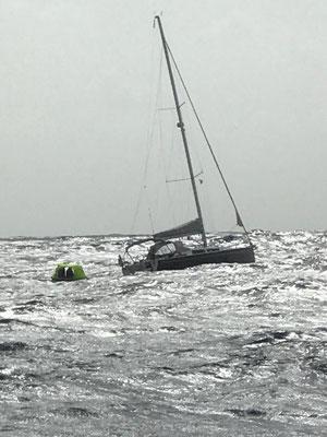 """Die Situation wurde also brenzlig ... Nach vielen Telefonaten mit MRCC Bremen, MRCC Delgada und HanseYachts habe ich dann beschlossen das Boot aufzugeben und die """"Superyacht"""" Elena of London zur Hilfe zu rufen"""