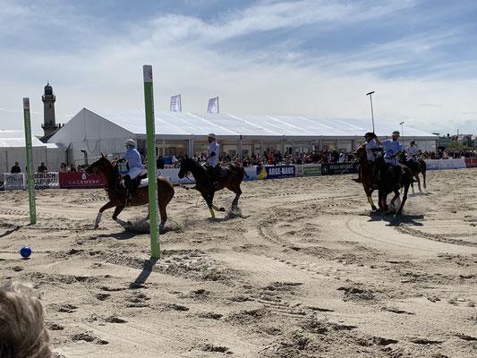 ... bevor dann die Polospieler die Pferde übernehmen ... jeder Spieler hat mehrere Pferde, da ein Pferd gemäß Reglement maximal 5 Minuten und 30 Sekunden eingesetzt werden darf!