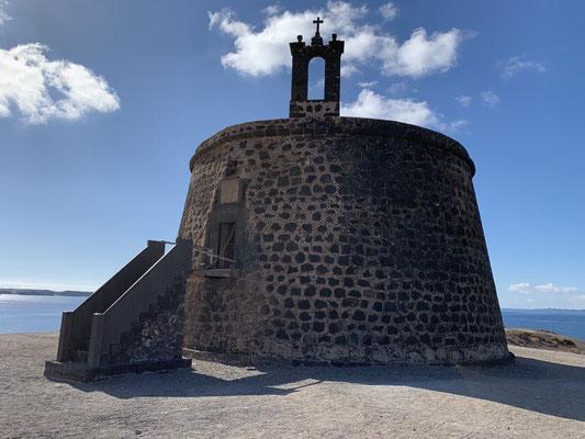... der alte Festungsturm, der vor hunderten von Jahren gegen die vielen Piratenangriffe auf die Insel helfen sollte ... sogar mit einer kleinen Zugbrücke ....