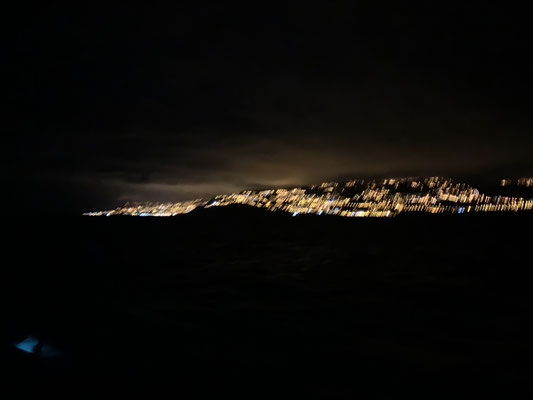 Ich muss sagen längere Segeletappen finde ich persönlich doch eher anstrengend als wirklich toll, aber das Ankommen ist dann doch eine schöne Erfahrung ... als ich am frühen Morgen die Lichter von Madeira sehe ist die Freude groß!