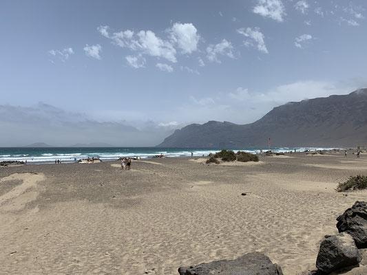Hier der Playa Famara und im Hintergrund der Mirador del Rio (einer der höchsten Berge der Insel.