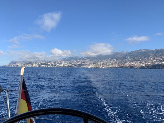 Am Mittwochmorgen um kurz nach 9 Uhr geht es los und ich lasse Funchal und Madeira im Kielwasser zurück.