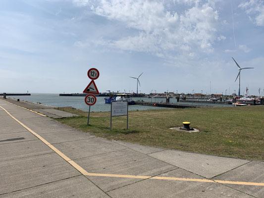 Montag muss ich mir erstmal einen neuen Liegeplatz am Lotsensteg suchen und das Boot möglichst Windfest vertäuen ... Der ehemalige Marinehafen ist nicht gerade Idyllisch ... aber hier lässt sich der Starkwind heute gut aussitzen!