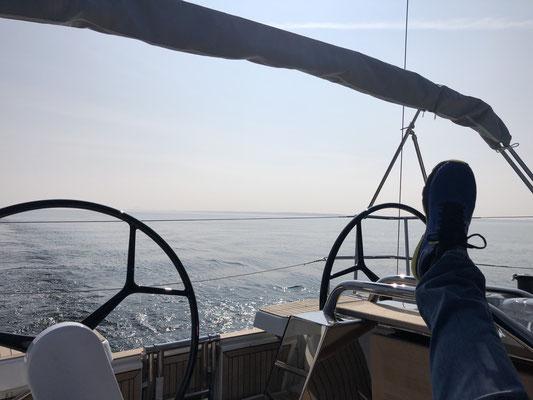 Herrliches Wetter ... bei (zu) wenig Wind teste ich mal weiter den Verbrauch des Motors und tuckere bei 2.000 U/min gemütlich bis Heiligenhafen!