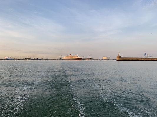 Un dann geht es raus aus dem Hafen Richtung Calais ...
