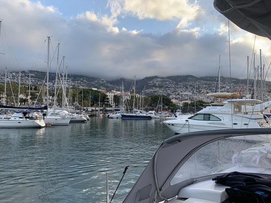 Nach 3 Tagen und 22,5 Stunden liege ich am Sonntagmorgen dann endlich wieder in einem sicheren Hafen mit einem schönen Ausblick auf Funchal .... hier bleibe ich jetzt erstmal ein oder zwei Wochen !