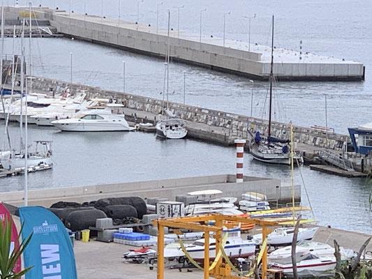 """Und """"Plan B"""" aus der Ferne an der Kaimauer! Laut Hafenmeister kommen pro Jahr nur ca. 500 private Yachten hierher ... der Hafen ist auch recht klein .. hätte gedacht das es mehr sind."""