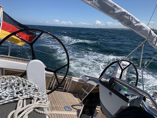 Am Montag (13.05.) geht es bei herrlichem Sonnenschein und akzeptablem Wind (wenn auch aus der falschen Richtung) von Warnemünde nach Grömitz. Normalerweise sind das so um die 40 Meilen ...