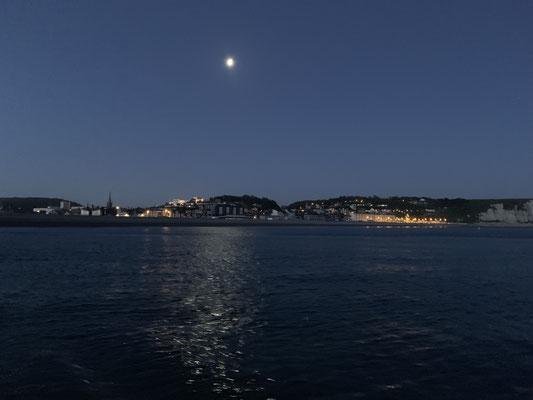 Morgens in der Frühe geht es mit dem ersten Licht wieder raus aufs Wasser Richtung Cherbourg ... wird ein langer Tag!
