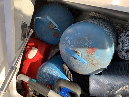Eigentlich war ich schon mit zwei leeren Gasflaschen losmaschiert Richtung Bootsausrüster ... aber der Weg ist ziemlich lang und es ist heiß hier unten auf Lanzarote ... da ist mir eingefallen , dass ich ja ein kleines Schlauchboot habe!!!