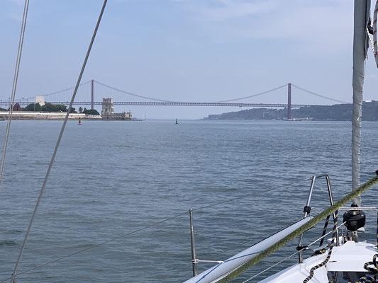 Am 09.07. geht es dann von Peniche nach Lissabon, wo nach gut 60 Seemeilen, die Brücke über den Tejo Besucher begrüßt ...