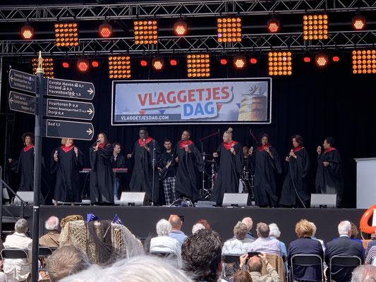 """... der """"Vlaggetjes Dag"""" ... es gab zwei Tage Musik auf der Bühne im Hafen ... hier ein Gospel-Chor ..."""