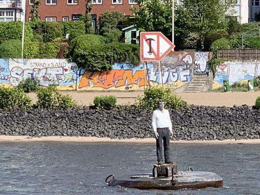 ... schwimmende Skulptur am Elbstrand ...