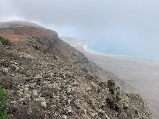 Hier ein Blick vom Mirador del Rio hinunter auf den Playa Famara ... das war nichts für meine Höhenangst ;o/ ...