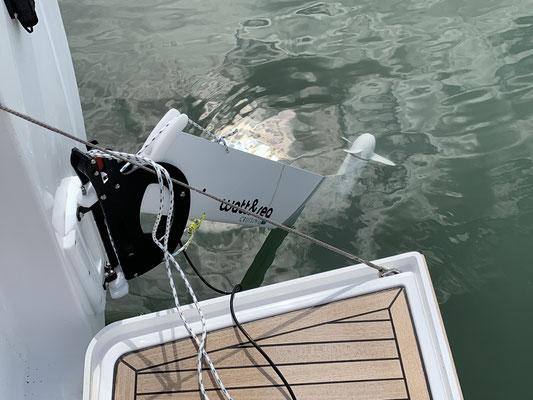 Den Hydrogenerator zur Stromerzeugung beim Segeln konnte ich übrigens nicht ausprobieren, da meine selbstgebastelte Leinenführung sich schon nach 5 Minuten verabschiedet hat ... im Anschluss habe ich den Generator fast im Meer versenkt bei voller Fahrt ..