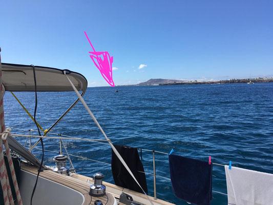 """... Hier ein Foto von Wolfgang von der Mola Mola ... in der Ferne komme ich mit dem Schlauchboot """"angeschlichen"""" (siehe Pfeil) ... nach einem netten Plausch und einem kühlen Bier  gehts zurück Richtung Hafen..."""