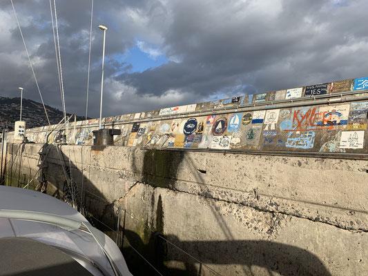 """m Hafen kommt langsam """"Langfahrtflair"""" auf ... ich liege direkt an der Kaimauer, auf der sich viele Segler mit einem handgemalten Logo ihres Bootes verewigen ... es sind auch einige dabei deren Bücher oder Filme ich gelesen oder gesehen habe ..."""