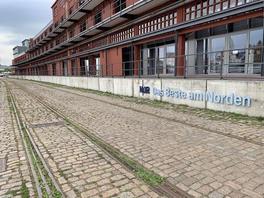 """In der Newport Marina / Media Docks ist direkt ein tolles Restaurant ... nach einem ausgiebigen Abendessen noch ein kurzer Spaziergang  ... der NDR ist hier auch und verspricht """"Das Beste am Norden"""" ... morgen mal schauen ob Lübeck das Versprechen hält!?"""