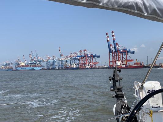 Nach 8 Stunden auf der Nordsee bin ich in Bremerhaven ... vorbei an den Containerriesen ...