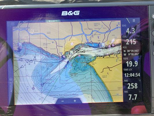 In der Flussmündung biege ich dann ab und nehme Kurs auf 230 Grad (hier erst 215 Grad) ... und behalte diesen Kurs eigentlich für die nächsten 4 Tage und Nächte bei ...
