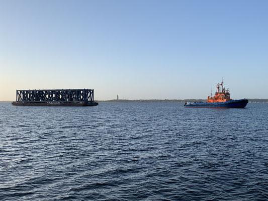 """Ein Schlepper mit seiner Fracht im Schlepptau liegt vor Anker in der Kieler Förde ... das war dann auch das letzte Bild eines """"Höllentages"""" auf der Ostsee ;o/"""