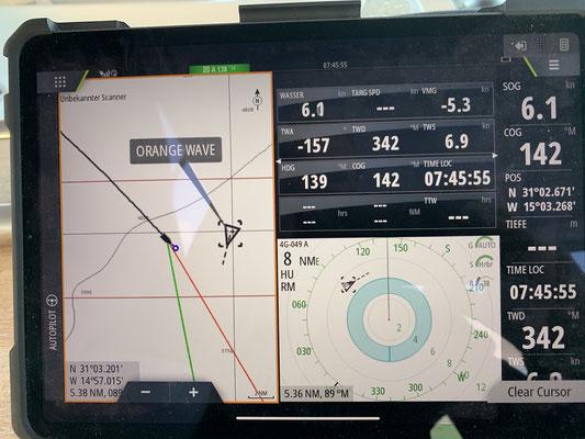 Nach fast zwei Tagen ohne eine einzige Sichtung anderer Boote, kreuzt dann endlich mal ein Frachter den Weg, wenn auch einige Meilen entfernt!
