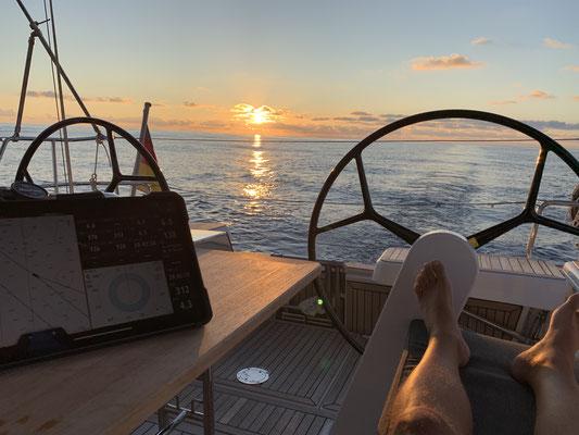 Da ich langsam unter Motor gen Lanzarote tuckere, bleibt viel Zeit den Sonnenuntergang zu genießen ...