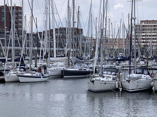 In Scheveningen ist der Hafen rappelvoll ... d.h. ich mache an einem anderen Boot fest und hoffe, dass die nicht vor mir abfahren wollen (was sie natürlich wollten) ...