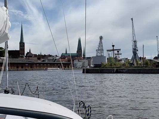"""... ein paar Minuten später dann die """"Skyline"""" von Lübeck in Sicht ..."""