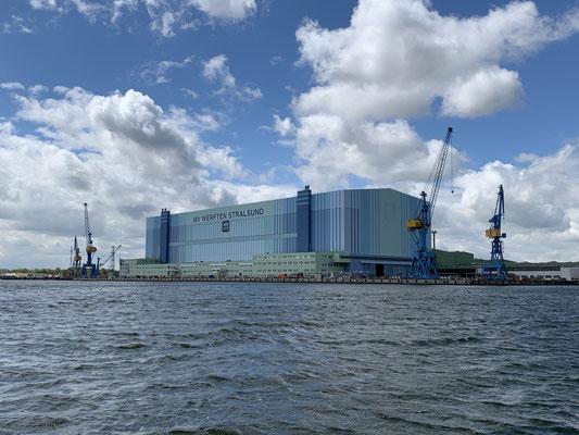 ... direkt hinter der Brücke die große MV Werft ... dann geht es in Richtung Greifswalder Bodden für knapp 20 Meilen bis Wieck! ... Die Strecke ist wunderschön, aber nicht wirklich gut auf Fotos zu erfassen  ...