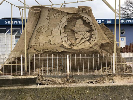 Eine große Sandskulptur neben der Fährstation in Warnemünde.