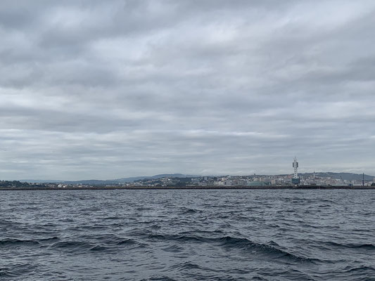 Früh aus dem Hafen raus bei bis zu 25 Knoten Wind ging es erst auf Halbwindkurs die Nordküste entlang ...