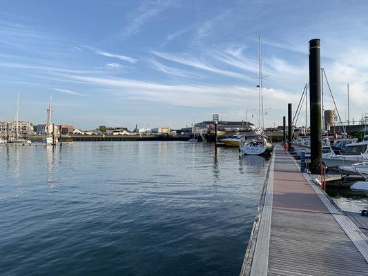 Ich bin der einzige Gast im Hafen ... und ziemlich kaputt von dem langen Tag auf dem Wasser und unter der Sonne! Also fällt der Spaziergang durch die Stadt aus!